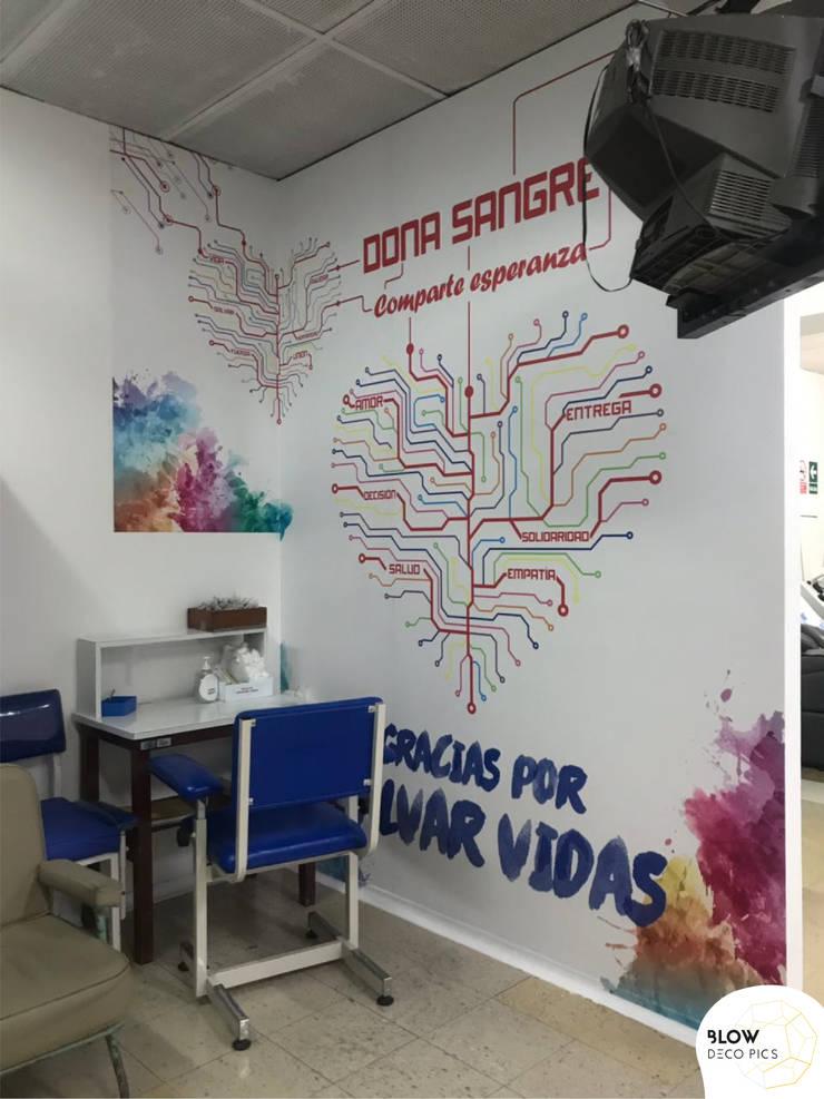 Hospital Rebagliati - Sala de donación de sangre: Paredes de estilo  por Blow Deco Pics