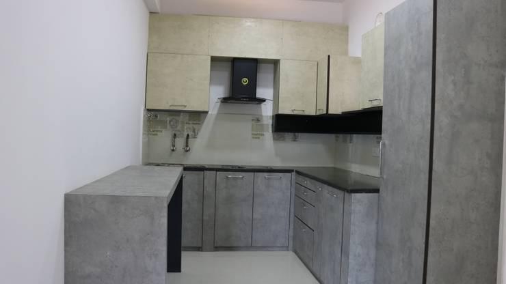 Modular Kitchen:  Kitchen units by Enrich Interiors & Decors