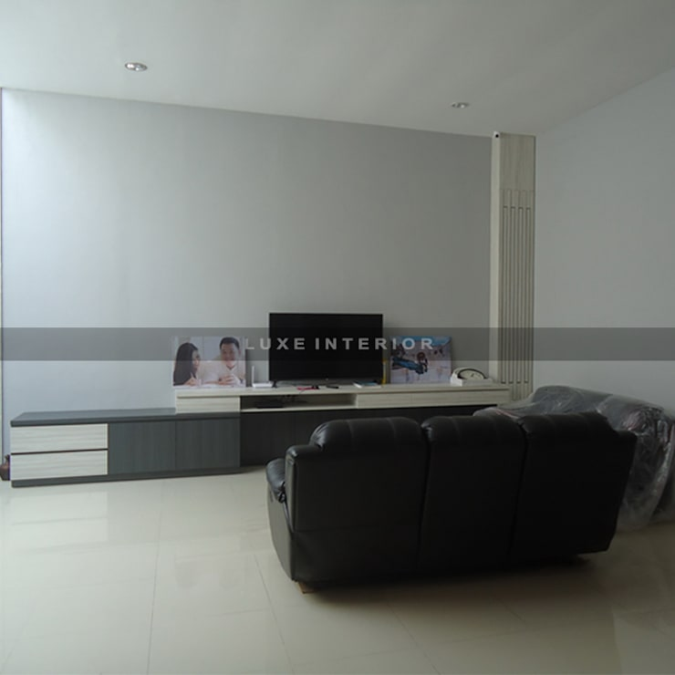 panel TV:  Living room by luxe interior