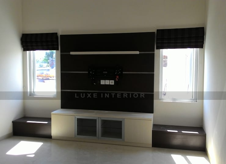 panel TV :  Living room by luxe interior