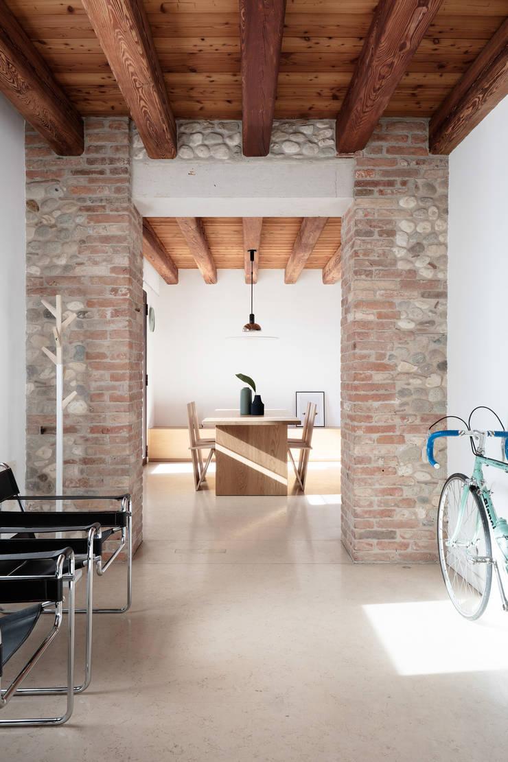 Koridor dan lorong oleh Didonè Comacchio Architects, Minimalis