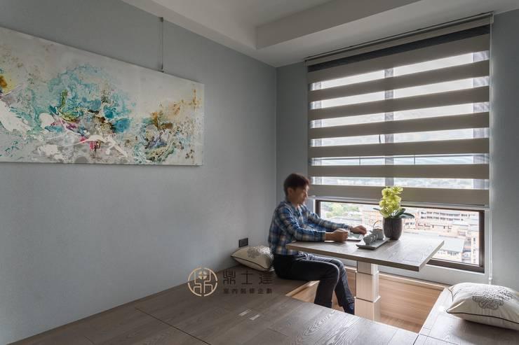 Nowoczesne domowe biuro i gabinet od 鼎士達室內裝修企劃 Nowoczesny Lite drewno Wielokolorowy