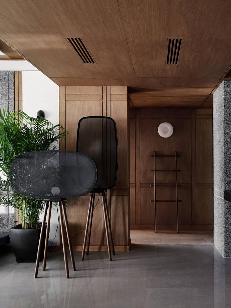 CORRIDOR:  Corridor & hallway by ARCHISTRY design&research office
