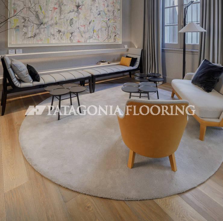 Unidad de vivienda para familia joven: Livings de estilo  por PATAGONIA FLOORING,