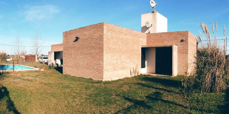 Foto vista oeste:  de estilo  por 2B Arquitectura,