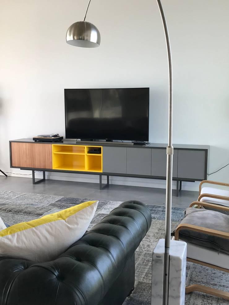 Mobiliario en El Canton -Escobar: Livings de estilo  por Arq. Stuart Milne ,