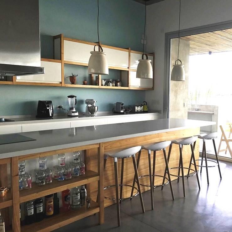 Mobiliario en El Canton -Escobar: Cocinas de estilo  por Arq. Stuart Milne ,