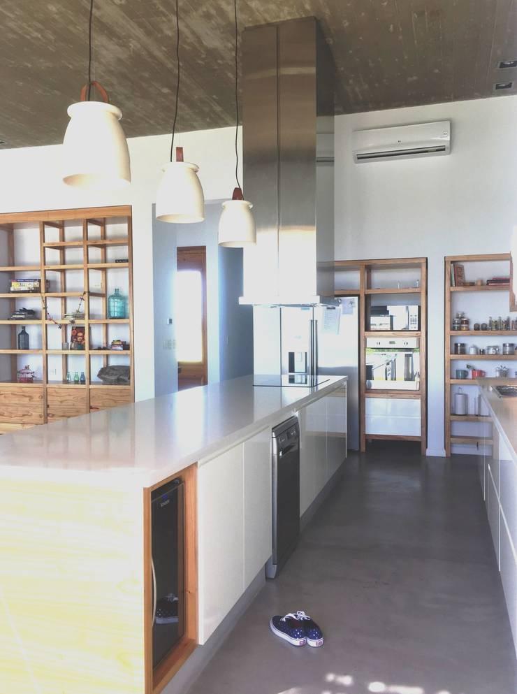 Mobiliario en El Canton -Escobar: Cocinas a medida  de estilo  por Arq. Stuart Milne ,