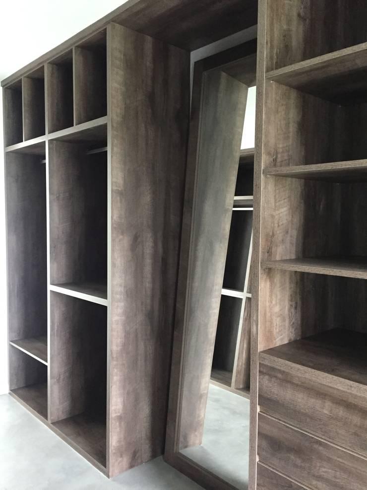 Mobiliario en El Canton -Escobar: Vestidores y placares de estilo  por Arq. Stuart Milne ,