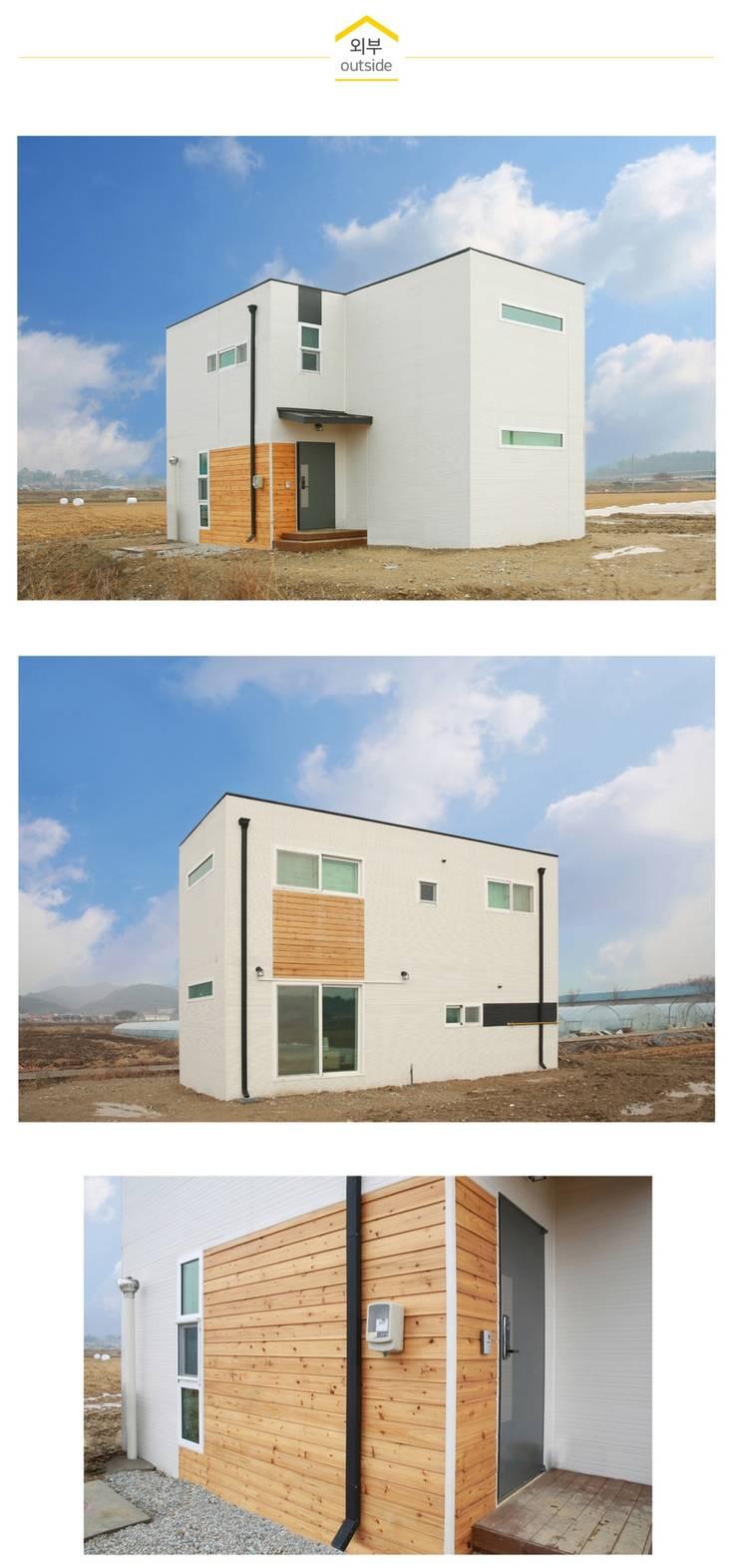 가족의 사랑이 느껴지는 전원주택_외관: 공간제작소(주)의  목조 주택