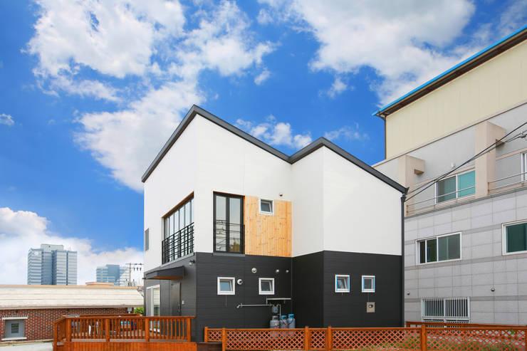 공기 순환이 좋은 구조. 센스있는 전원주택: 공간제작소(주)의  목조 주택,