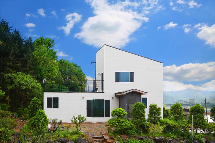 자연과 동화되는 농가주택, 동선을 고려한 설계: 공간제작소(주)의  목조 주택,