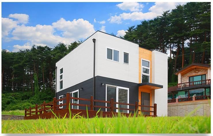 평화로운 마을과 조화를 이루는 전원주택: 공간제작소(주)의  주택,