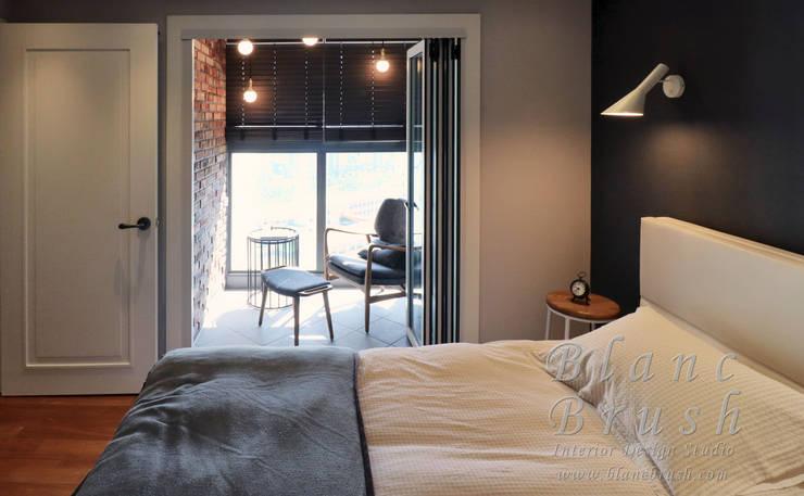 안방&베란다&폴딩도어&휴식공간(산운마을9단지대방노블랜드 24평 인테리어): 블랑브러쉬의  방,