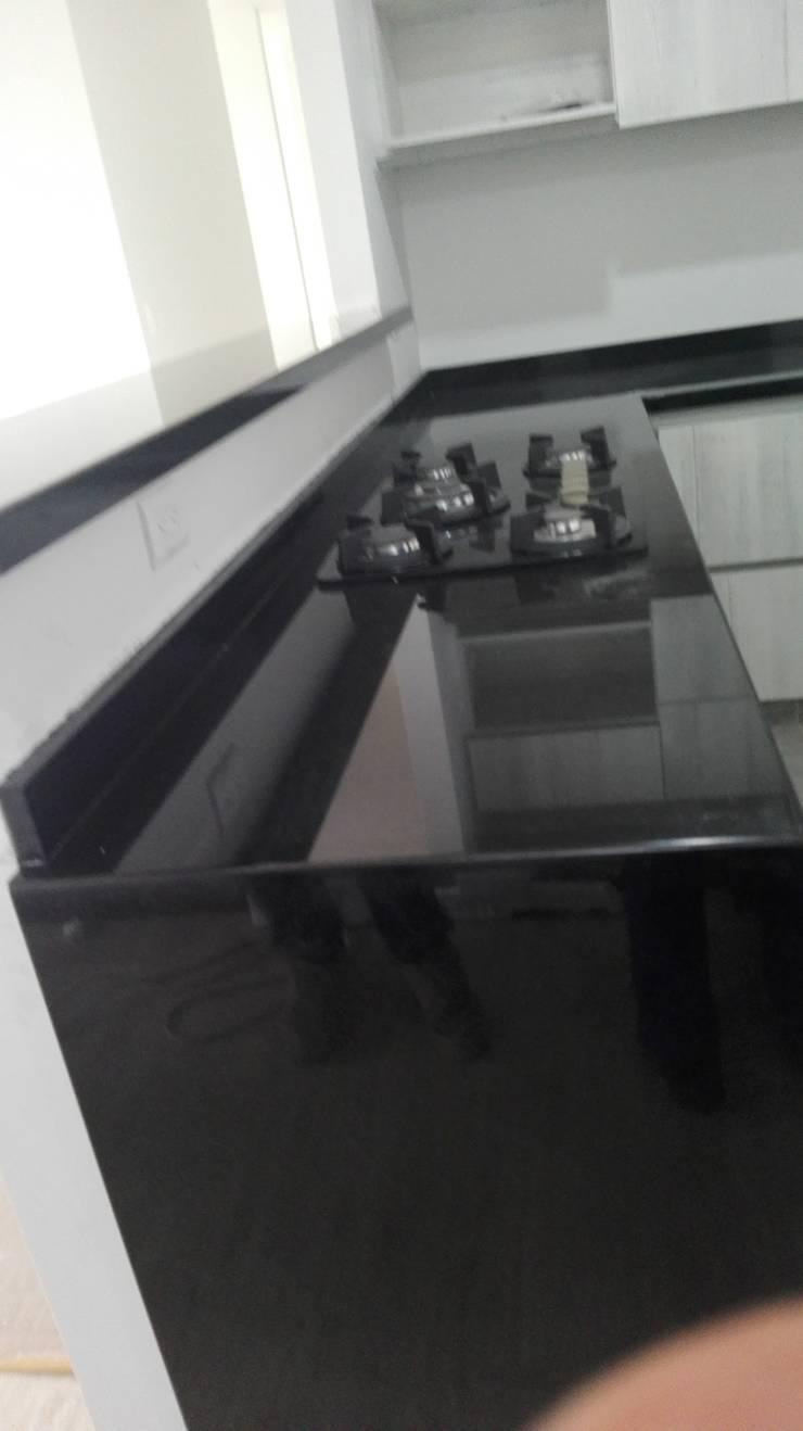 Cocina con granito negro absoluto: Cocinas integrales de estilo  por planet stone sas, Moderno Granito