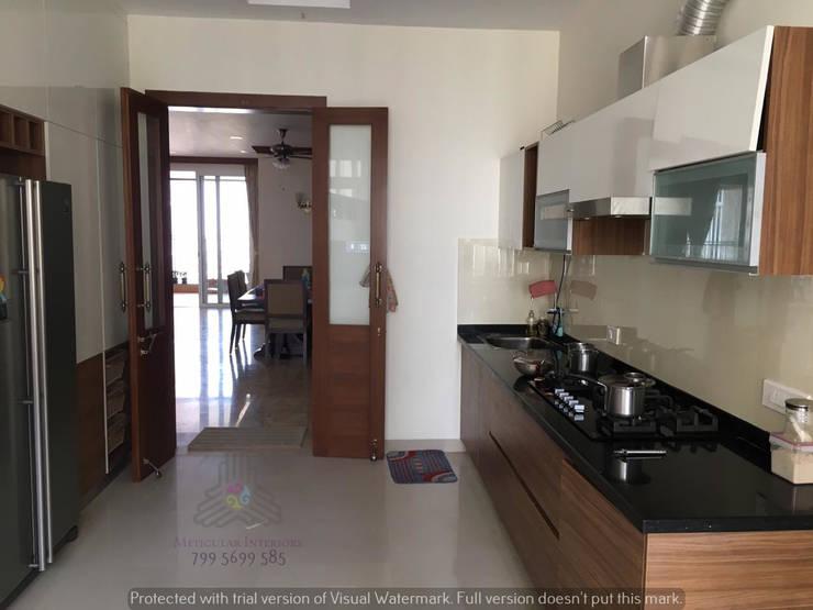 Parallel Kitchen:  Kitchen by Meticular Interiors LLP,Modern