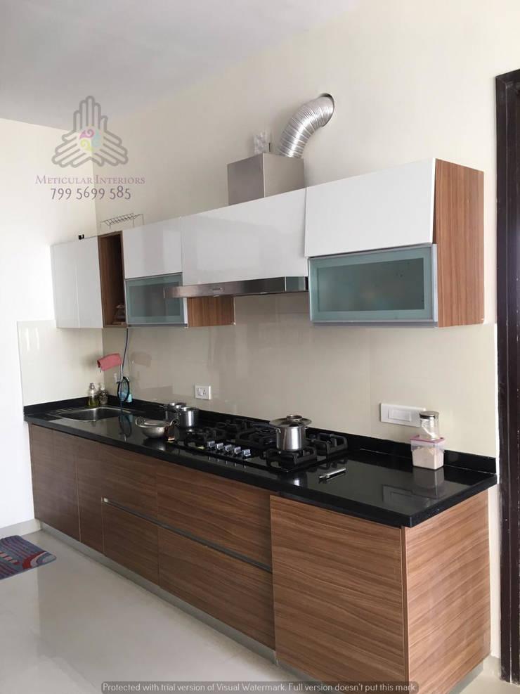 Kitchen hob counter:  Kitchen by Meticular Interiors LLP,Modern
