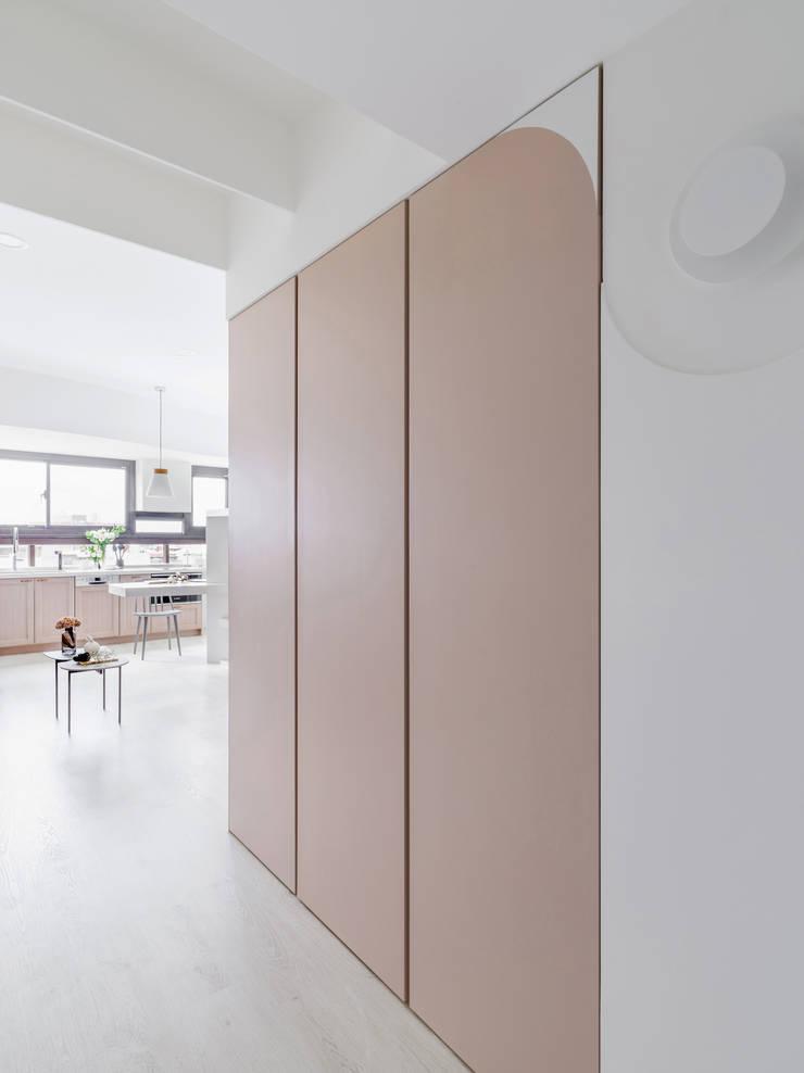 Hebbe:  走廊 & 玄關 by 寓子設計