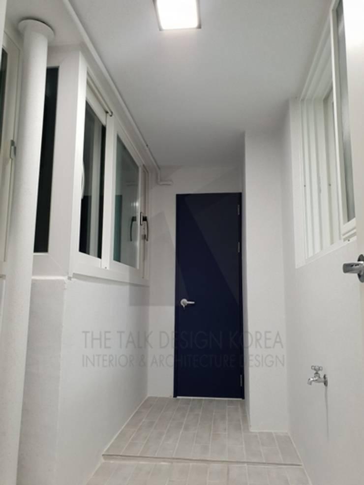 주방쪽 세탁실: 더톡디자인(The talk design)의  베란다,