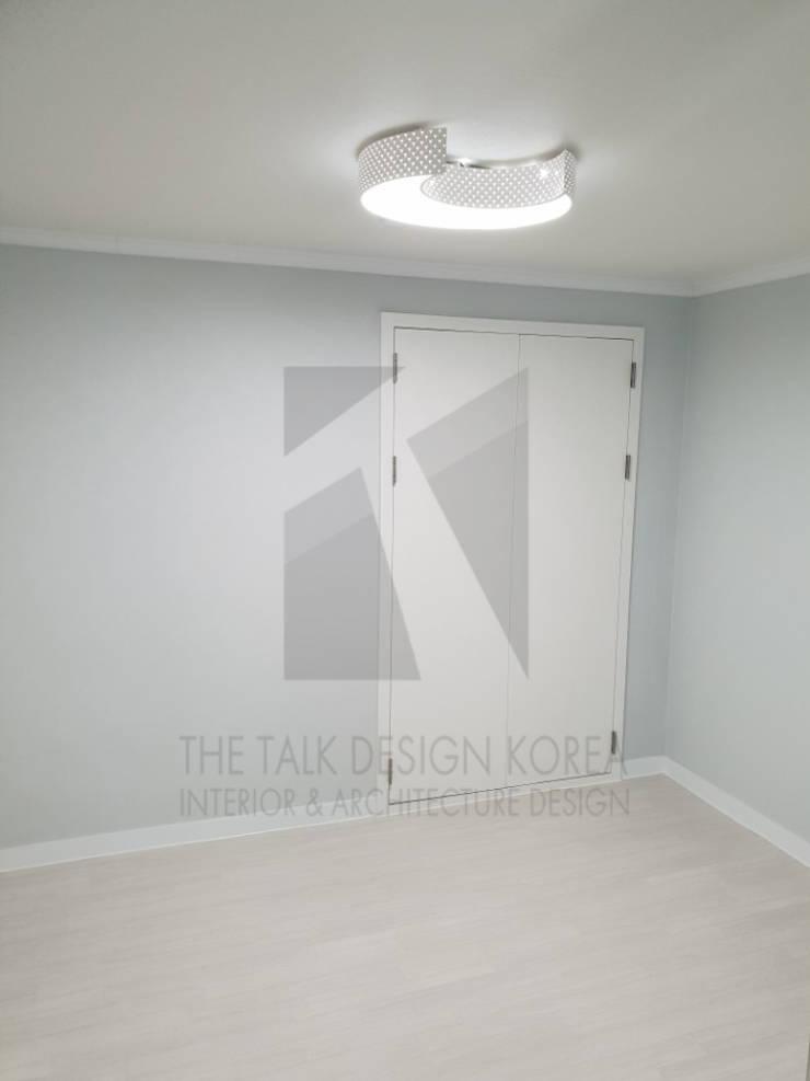 작은방: 더톡디자인(The talk design)의  방,