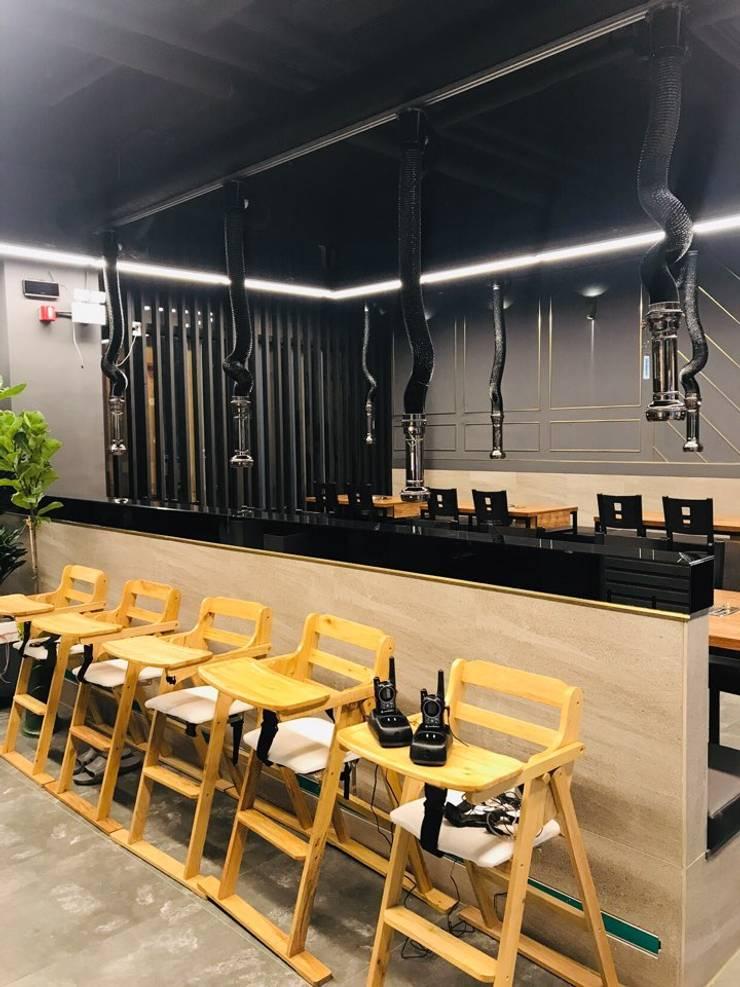 침산동 음식점 인테리어: 더톡디자인(The talk design)의  사무실 공간 & 가게,