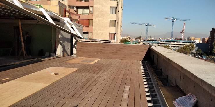 Deck de WPC Las Américas para edidificio de departamentos: Terrazas  de estilo  por Constructora Las Américas S.A.