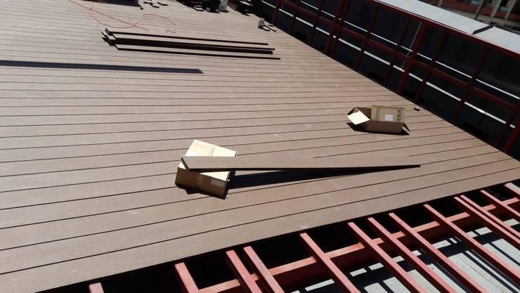 Proceso de instalación de Deck de WPC Las Américas para edidificio de departamentos: Azoteas de estilo  por Constructora Las Américas S.A.