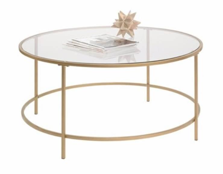 Mesa de centro dorado con cristal y base de vidrio: Salas/Recibidores de estilo  por Shirley Palomino