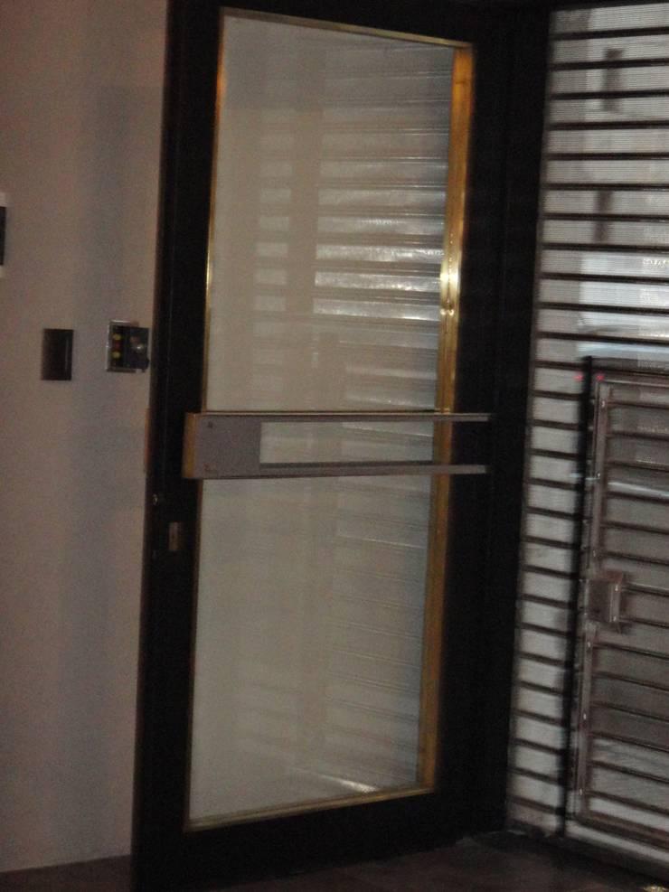 Detalle Puerta Acceso: Puertas de entrada de estilo  por GR Arquitectura,