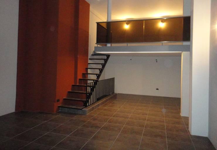 Vista a Entrepiso: Estudios y oficinas de estilo  por GR Arquitectura,