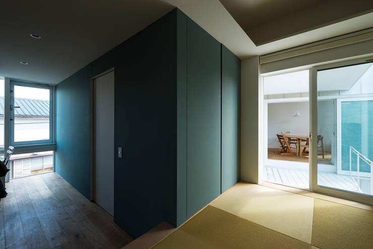 Media room by Takeru Shoji Architects.Co.,Ltd, Eclectic