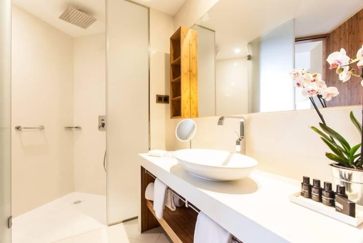 Encimera y lavabo de estilo moderno de Banium-Reformas del Hogar en Madrid Moderno