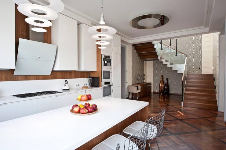 Интерьер загородного дома в коттеджном поселке Крекшино:  в . Автор – Студия дизайна VOLKOVA INTERIORS