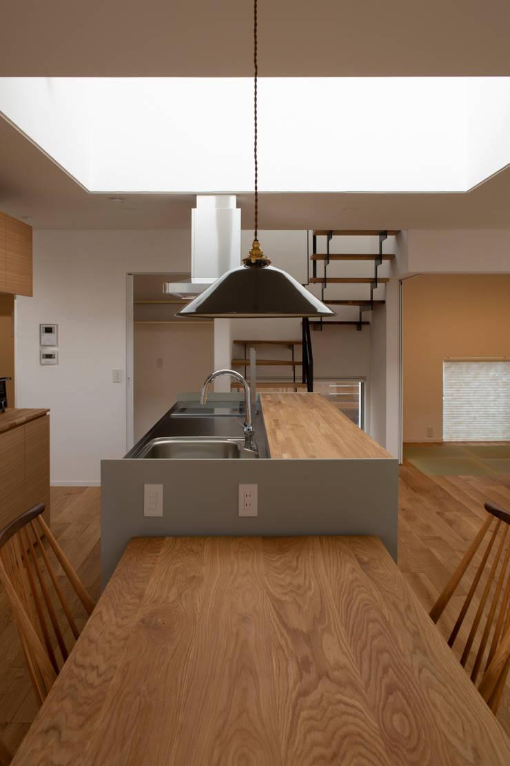 Rays of light: yuukistyle 友紀建築工房が手掛けたダイニングです。,