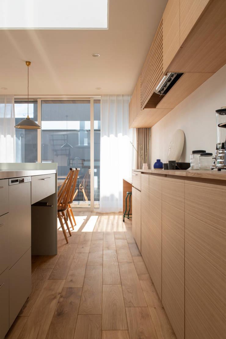 Rays of light: yuukistyle 友紀建築工房が手掛けたシステムキッチンです。,