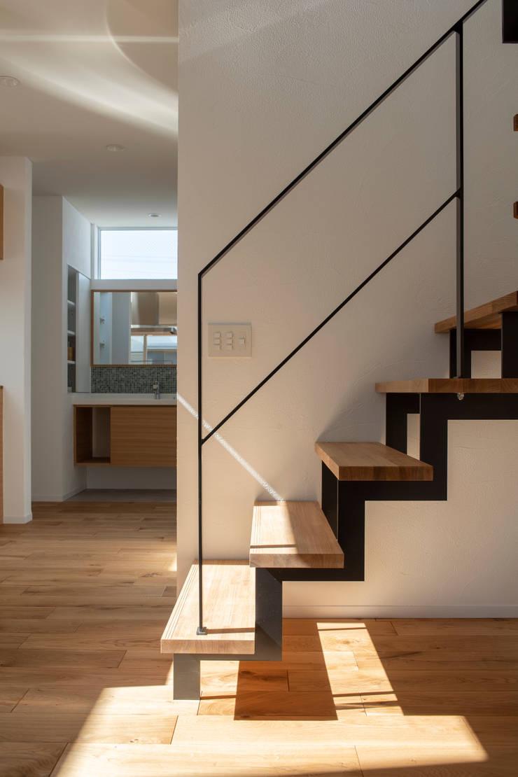 Rays of light: yuukistyle 友紀建築工房が手掛けた階段です。,
