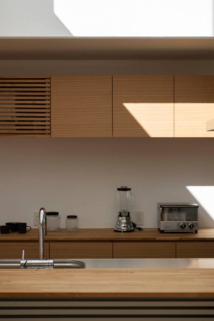 Rays of light: yuukistyle 友紀建築工房が手掛けたキッチン収納です。,