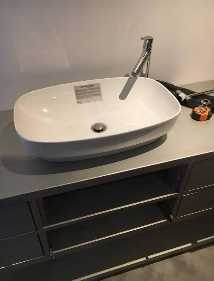 Ванные комнаты в . Автор – Beton Haus (PTY) LTD, Модерн
