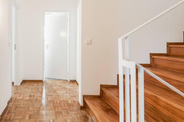 A Casa do Campo: Corredores e halls de entrada  por Rima Design