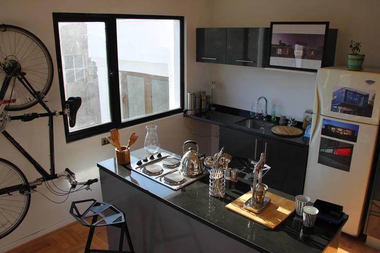 Cocina en departamento rehabilitado/ remodelado: Cocinas pequeñas de estilo  por INFINISKI