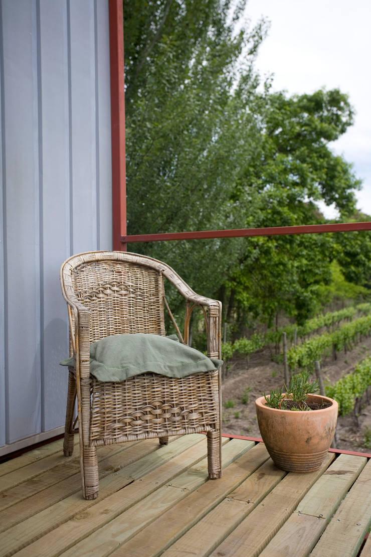 Vivienda Ecoloft Curicó: Balcón de estilo  por INFINISKI