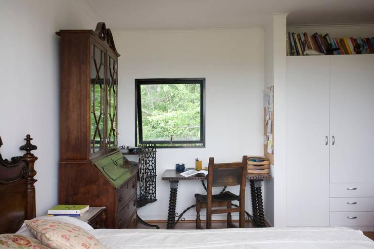 Vivienda Ecoloft Curicó: Estudios y biblioteca de estilo  por INFINISKI