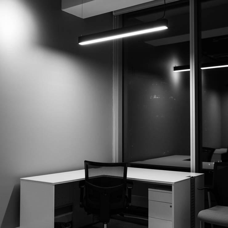 Oficina privada: Estudios y biblioteca de estilo  por Estudio Amani