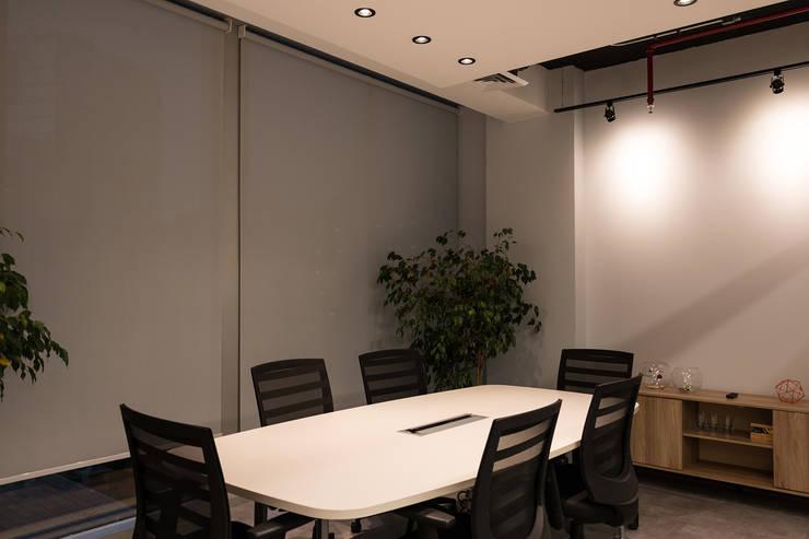 Sala de reuniones: Estudios y biblioteca de estilo  por Estudio Amani