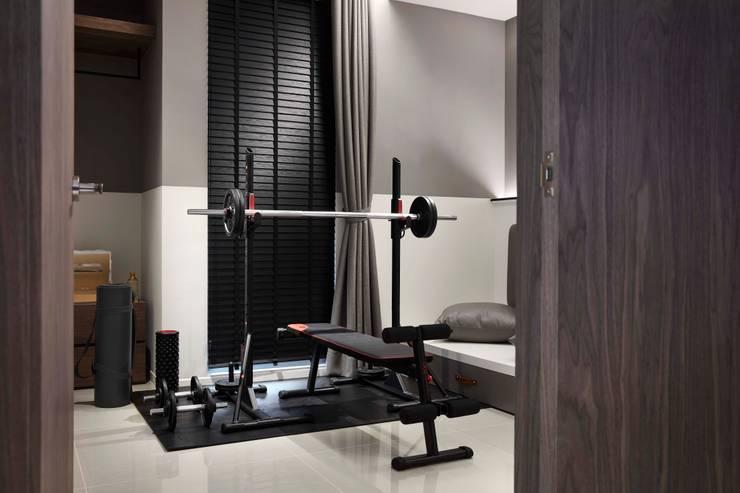 信義區實品屋室內設計 2 :  健身房 by 泫工所構築設計研究室
