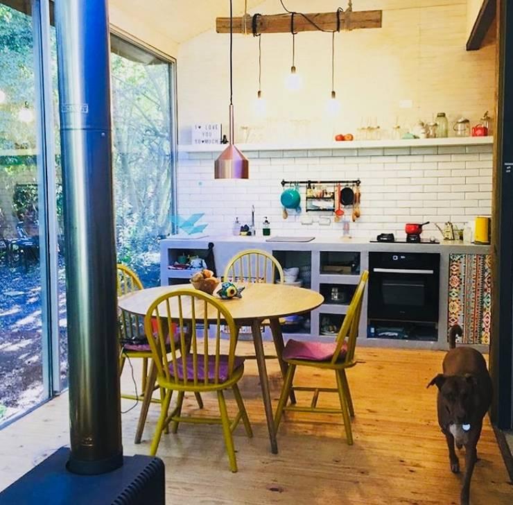Cocina Refugio Infiniski en el campo: Cocinas pequeñas de estilo  por INFINISKI