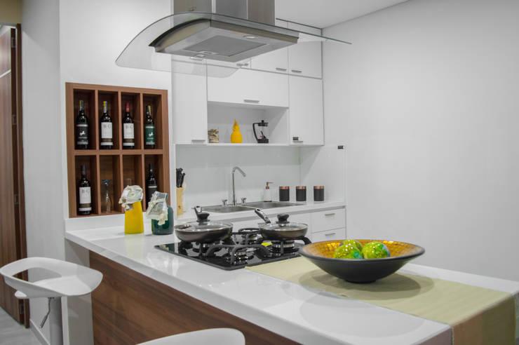 Show room: Cocinas de estilo  por Constructora Cosenza, Moderno Mármol