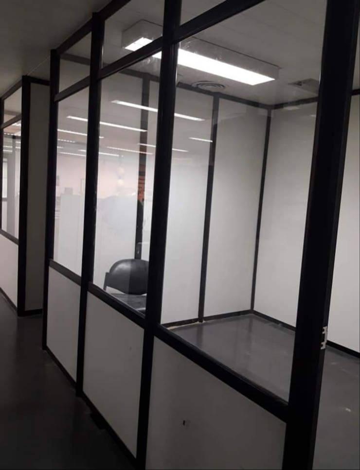 Divisiones de aluminio: Estudios y oficinas de estilo  por Constructora del Este,