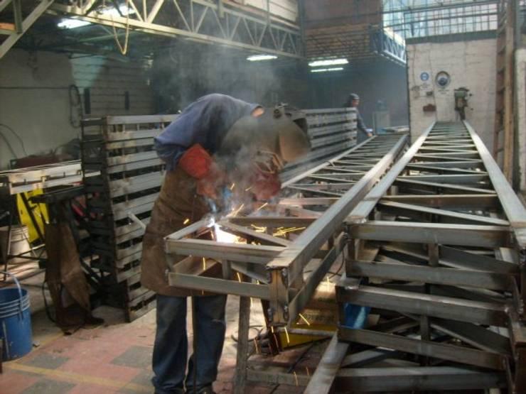 NAVE INDUSTRIAL & ESTRUCTURAS METALICA: Azoteas de estilo  por P&S Global Mining SAC