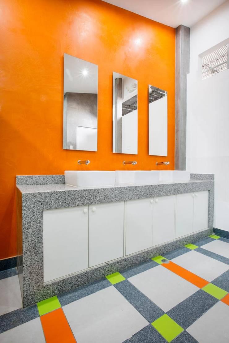 BAÑO_BM_OC: Baños de estilo  por WeisCoello Arquitectos,